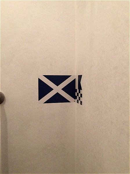 マリンアンドウォークヨコハマ-トイレの謎の文様